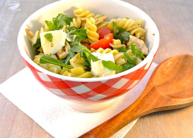 We laten je zien hoe je een Italiaanse koude pastasalade met pesto(dressing), mozzarella, cherrytomaatjes, pijnboompitjes en gerookte kipreepjes maakt.