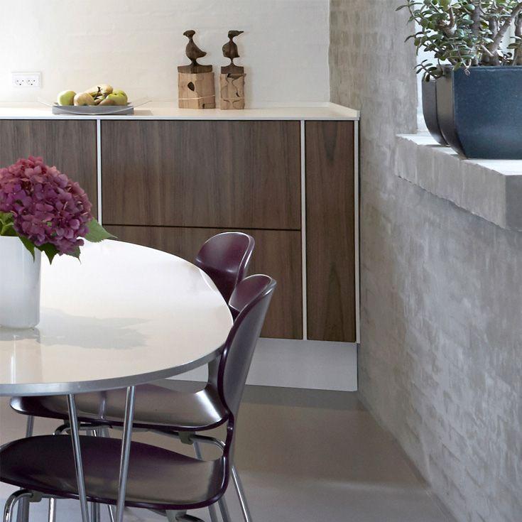 Den rå pudserede endevæg i køkkenet er flot i køkkenindretningen her.