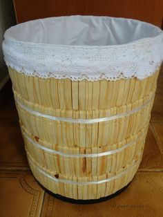Caixa de papelão decorada com pregadores de roupa. Você encontra o passo a passo no blog: O papo do dia é... http://opapododiae.blogspot.com.br/p/refazendo_27.html