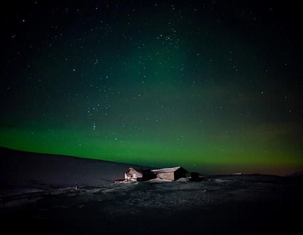 """Finnmark, Noruega     """"Una solitaria cabaña se ilumina debajo de la aurora boreal en Finnmark, Noruega."""""""