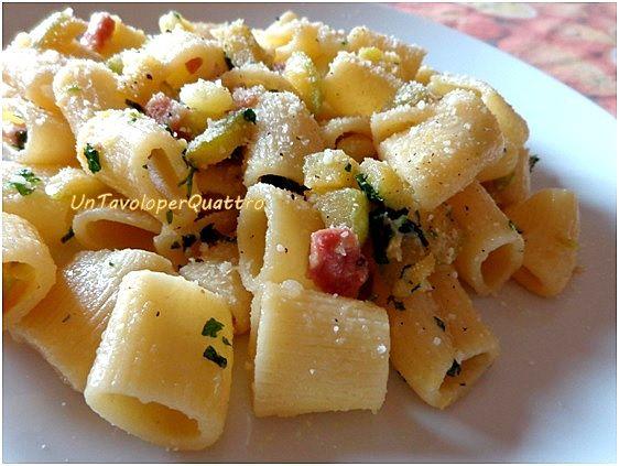 Pasta e patate con zucchine e pancetta