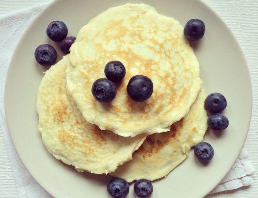Pancakes au citron protéinés & fourrés aux myrtilles & beurre de pécan