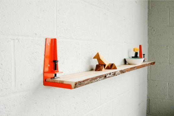 #PriceTalk #프라이스톡 간단한 선반을 하나 사려고 해도 제법 비싼 값을 주어야 한다. 집 안에 혹은 집 주변에 남는 널빤지가 있다면 활용하여 선반으로 만들어 줄 제품이 등장했다. 'Floyd Shelf'는 평범한 나무 널빤지를 빠른 시간 안에 선반으로 변화시켜 준다.    이론상으로는 나무 뿐 아니라 플라스틱이나, 유리, 금속 뿐 아니라 주변에서 구할 수 있는 납작하고 긴 물건은 무엇이든 선반으로 바꿀 수 있다. 약 4cm의 두께에 해당하는 가늘고 긴 조각은 모두 이용할 수 있다. 물론, 유리의 경우 떨어졌을 때 산산조각 나서 위험할 수는 있다.   선반의 폭이나 길이를 모두 사용자의 마음대로 조절할 수 있을 뿐 아니라 선반의 높이와 위치도 원하는 대로 지정할 수 있어서 더욱 실용적이다. 선택하는 선반의 소재에 따라 집안의 분위기도 달라진다. 실용성 뿐 아니라 인테리어 효과도 만점이다. 책이나 액자, 화분 등 선반의 크기나 높이, 위치에 따라 올려놓을 수 있는 물건도…