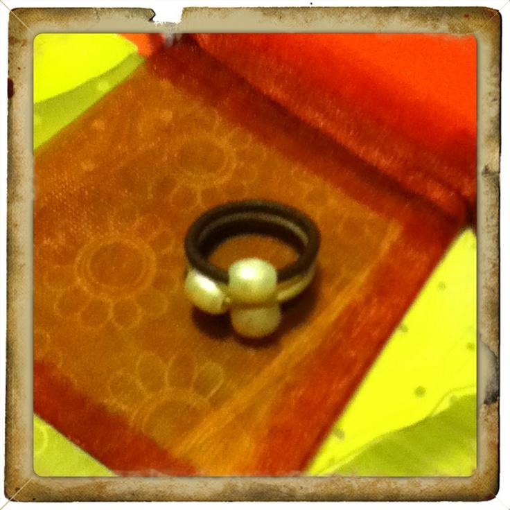 anillo de cuero marrón y dorado con perlas cultivadas que nos ha pedido Arantxa