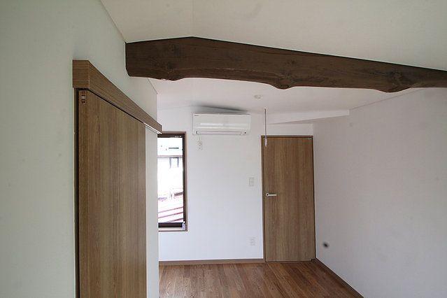 構造:木造  50年前に建てられた、都心・住宅密集地の、住宅をリノベーションした。  まず、柱・梁の骨組み以外を撤去(スケルトン)し、基礎・柱梁・耐震壁の補強をした。 元々、洗面所がなく、台所・廊下・洗面が一体だった間取りを変更し、LDKと洗面所を設け現代的な生活の出来る、間取りとした。  トップライトから、スケルトン