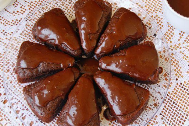 Κεκάκια σοκολάτας με ρικότα και κάστανο, της Μαρίνας Μαυρομάτη  Η επιτυχίας τους οφείλεται στη ρικότα, που φυλακίζει την υγρασία στη ζύμη και δεν την αφήνει να στεγνώσει. Για φουλ σοκολατένια απόλαυση, τα συνόδεψα με μια αυτοσχέδια σως σοκολάτας με κάστανο και τα ταπεινά κεκάκια μεταμορφώθηκαν σε ζουμερές σοκολατόπιτες!
