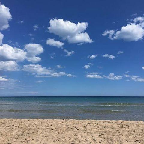 . Mar de otoño, aunque no lo parezca, el mejor.  Playas de domingo al mediodía. Calor de primavera. Luz de septiembre. Baño de verano.  El mejor  placer del fin de semana,  bañarse en este calmado mar, tranquilo, limpio y transparente, relajarse y enfocar la semana con energías renovadas y nuevas perspectivas.  #adelapla . #despidiendoelfindesamana #banyrelaxant #onlysea . #miradascreativas #visionesapreciativas #trocitosdealma #pensamientosdetrastero #sentimientossolubles #diasinstantaneos…