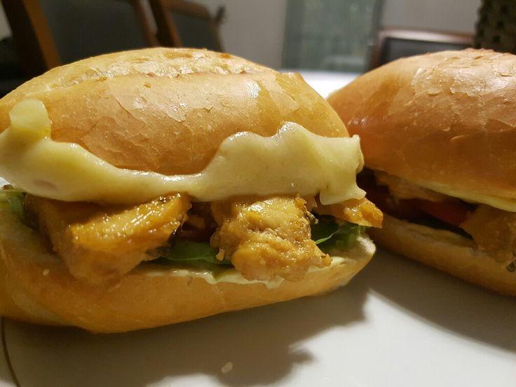 Sanduíche de frango ao molho de mostarda de Dijon com mel, alface, rúcula, tomate e queijo