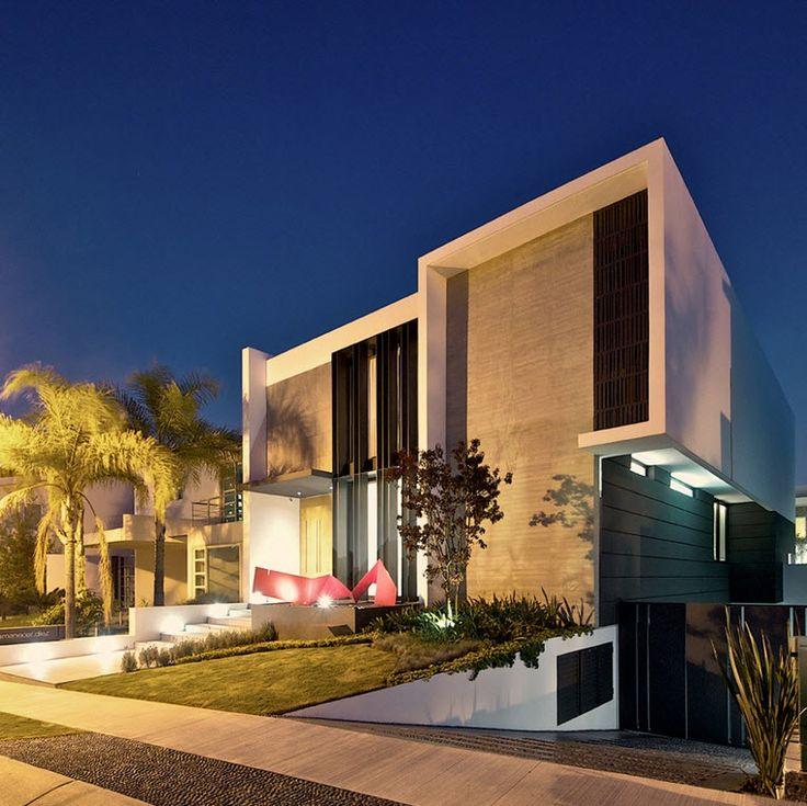 Analizaremos los planos, fachada y diseño de interiores de una moderna casa de dos plantas construida en hormigón diseñado por Agraz Arquitectos, donde podremos conocer como distribuir correctament…