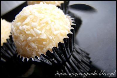 """Składniki na około 35 - 40 pralinek:        ½ szklanki wody      ½ szklanki cukru      250 g miękkiego masła      250 g mleka w proszku (""""niebieskiego"""")      250 g wiórek kokosowych + 100 g do obtoczenia      ½ kieliszka spirytusu      2 duże zmielone wafle lub pokruszone dokładnie wafelki do lodów (dałam około 8 wafelków)      około 40 sztuk migdałów bez skórki"""