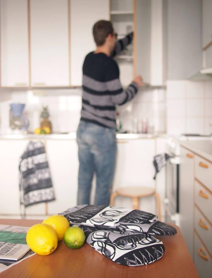 Osa 3 // Vanhassa kenkätehtaassa sijaitsevassa sinkkumiehen kaksiossa käydään töissä, urheillaan ja istutaan iltaa ystävien kanssa. Tässä kodissa ei tekstiileillä koreilla, mutta käytännölliset keittiötarvikkeet ovat minimalistinkin mieleen.