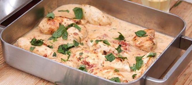 Een waanzinnige kip uit de oven gemaakt met een saus van zongedroogde tomaatjes. Een gerecht om je vingers bij af te likken, Het gerecht isgebaseerd op een...