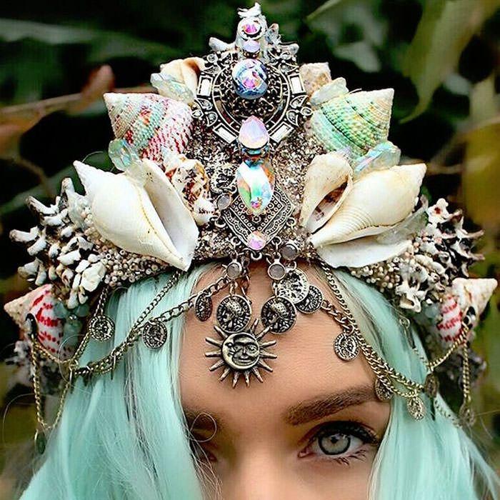 Fini les couronnes de paquettes... Mais c'est désormais les couronnes avec de vrai coquillage qui font leurs apparaition !!!! Perso je les trouve trop styler