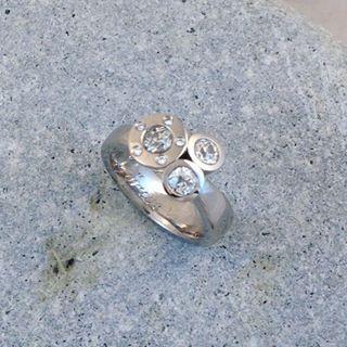 Tbt. Omarbete av kundens guld och diamanter #ekoguldsmed #hantverk #smycken #ring #vigselring #ateljejohannae #diamantring #öland