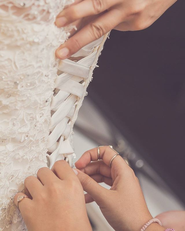 #weddingphotography #bride #bridalphotography #preperation #shoes #γαμος  #φωτογραφιαγαμου #φωτογραφια #προετοιμασια #νυφη #ckphotography #ckphototunein www.christoskotsakis.gr #enlist #contacts