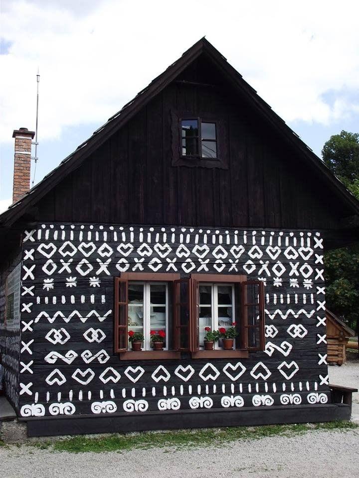 Hagyományőrzésből jelesre vizsgáznak a csöppnyi falu lakói. http://kozelestavol.cafeblog.hu/2017/11/08/feher-mintakkal-pingalt-muzeumfalu-a-felvideken-csicsmany/