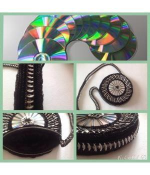 zwart van kleur met ritssluiting. in de tas is een cd verwerkt, is ook te bestellen in anderen kleuren. in de tas zitten clips/ lipjes verwerkt die afkomstig zijn van frisdrank blikjes en bierblikjes
