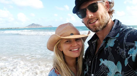 Jessica Simpson makeup free with Eric Johnson in Hawaii