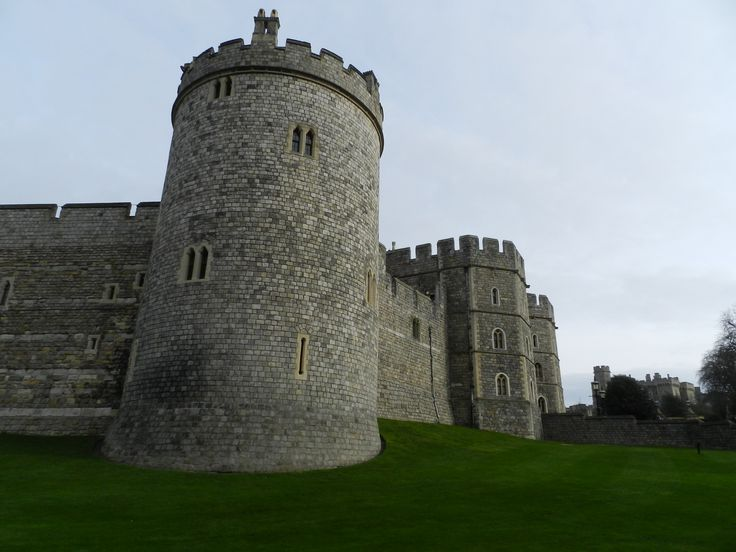 The enormous Castle of the Queen (Windsor Castle) where she usually spends the weekend.