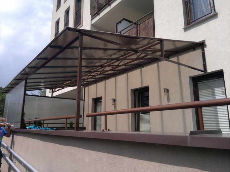 Przydomowa osłona.  Dach duży z kratownicą na tarasie. / The roof truss with a large terrace.
