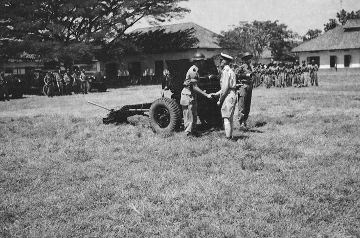 Soerabaja 100-jarig bestaan 1 R.V.A.(Herdenking 100-jarig bestaan Regiment Veldarttilerie. Generaal-majoor W.J.K. Baay schudt de hand van een artillerie-officier) 1 mei 1948 - collectie nationaal archief
