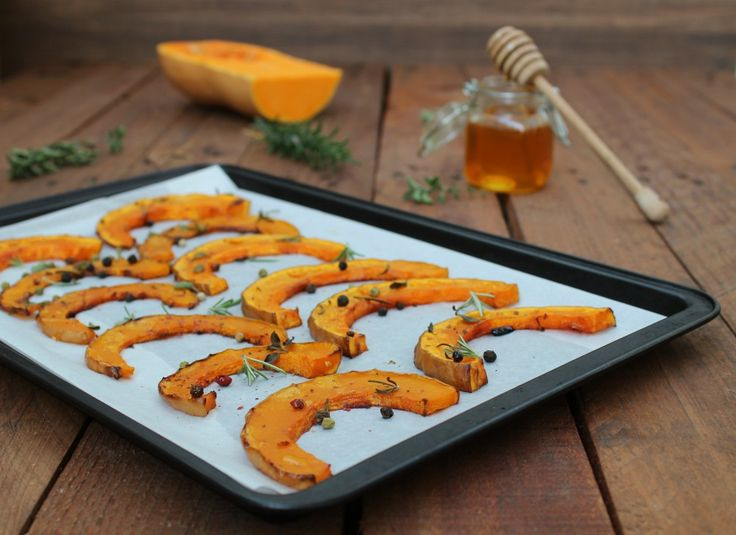 Zucca al miele al forno un'ottimo contorno o stuzzichino, dal sapore fantastico. Si preparra in pochi minuti e con solamente con due ingredienti.