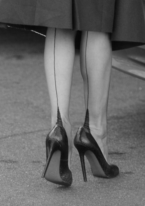 Univers évanescent sur vos Féminités, votre mode, votre interprétation quotidienne, avec des voiles légers sur vos jambes.   Labyrinthe capitonné de glamour, de Sensualité, marquées par vos coutures sur vos bas Nylon.  Ambiance parfumée...