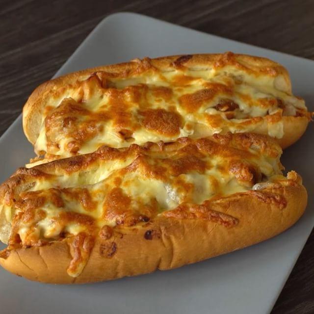 Her lezzetli şey bu kadar kolay olsa ya  #onedio #onediocom #onedioyemek #onediovideo  2 parça tavuk göğüs 1 soğan Barbekü sos Sandviç ekmeği Kaşar peyniri  Tavukları haşlayıp didikleyin. Soğanı ay ay doğrayıp az yağda kavurun. Üzerine 1 tatlı kaşığı kadar esmer şeker atın ve karamelize edin. Tavukların üzerine barbekü sosu ekleyip karıştırın. Sandviç ekmeklerinin üzerine önce tavuğu sonra soğanları, son olarak da kaşar peynirini koyup fırına atın. 220 derecede 8-9dk pişirin.