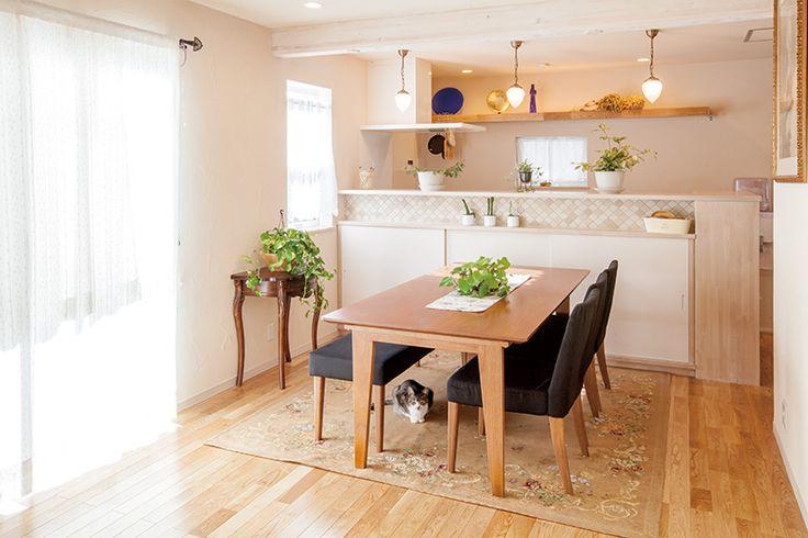 開放感あふれるLDK。床を無垢材のフローリング、壁を珪藻土で仕上げて明るくナチュラルな雰囲気に。|キッチン|インテリア|カウンター|タイル|ダイニング|おしゃれ|壁面収納|ウッド|リビング|かわいい|リフォーム|ペンダントライト|