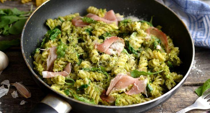 Zöldborsópesztós tészta recept: Szupergyors, egészséges és nagyon finom tésztaétel. Érdemes zsenge zöldborsóból készíteni amit akár nyersen is fel lehet használni.