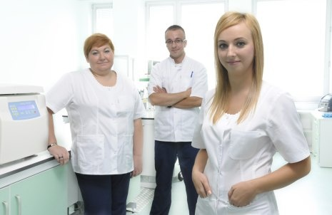 Ten sympatyczny zespół medyczny, który widzicie na zdjęciu, od 18 października (czyli od najbliższego czwartku), będzie czekał na Was w naszym Biobanku. W czwartek uroczyście go otworzymy. To pierwsza tego typu placówka badawcza na Dolnym Śląsku, zorganizowana według wytycznych OECD. Serdecznie zapraszamy, dzięki Wam możemy znaleźć sposób na skuteczne leczenie wielu chorób!  http://www.eitplus.pl/pl/otwieramy_pierwszy_na_dolnym_slasku_biob/2885/