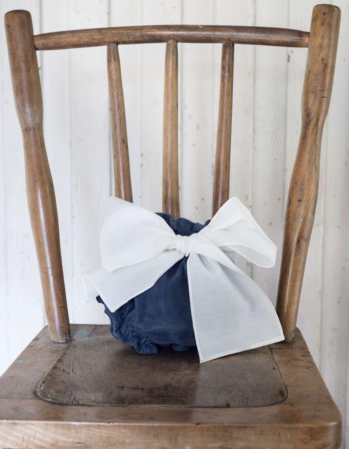 Culotte Mi Canesú, confeccionado en tela de napa color azul, con detalle delantero de lazada en color blanco y elástico por toda la cintura.