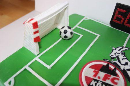 Hier ein kleines Tutorial für Fußballtore aus Blütenpaste, die ich für meine 1.FC-Köln-Torte hergestellt habe.
