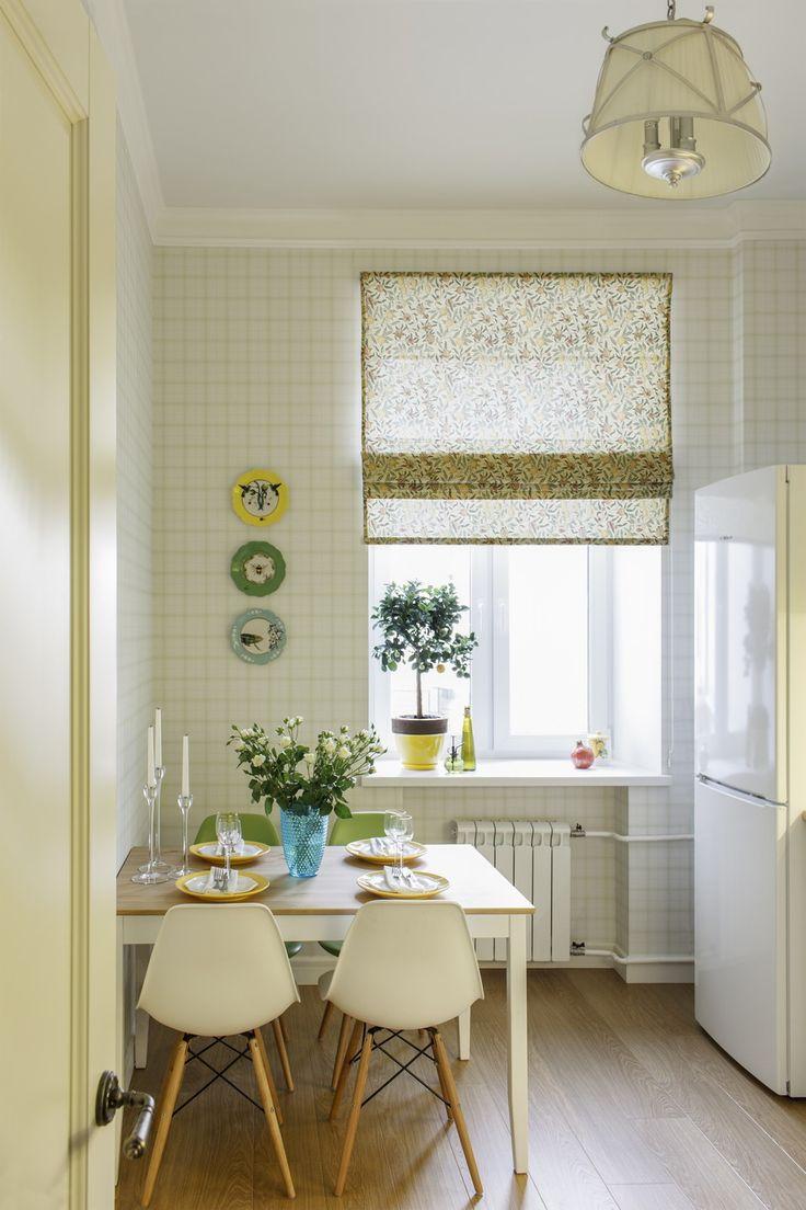 Кухня: обои, Borastapeter, стулья DSW, дизайн Чарльза и Рэй Имс для Vitra, потолочный светильник, L'Arte Luce Torino, декоративные тарелки на стене, poshkovsh.com