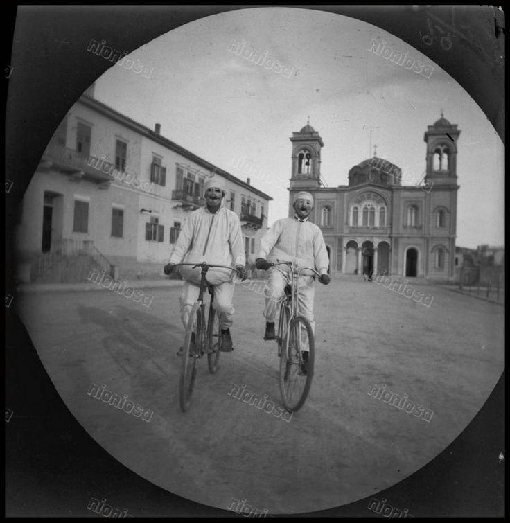 https://flic.kr/p/HqJhsV | Πειραιάς, 1891. | Ο Βασίλειος Καψαμπέλης μαζί με τον William Sachtleben πάνω στα ποδήλατα τους μπροστά από τον Ι.Ν. του Αγίου Κωνσταντίνου, 15 Μαρτίου 1891.