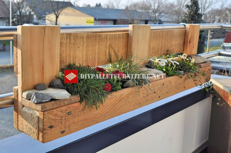 Planter for the balcony built with pallets