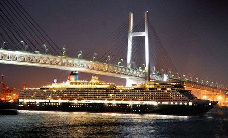 英の豪華客船、干潮狙いギリギリ通過 横浜ベイブリッジ