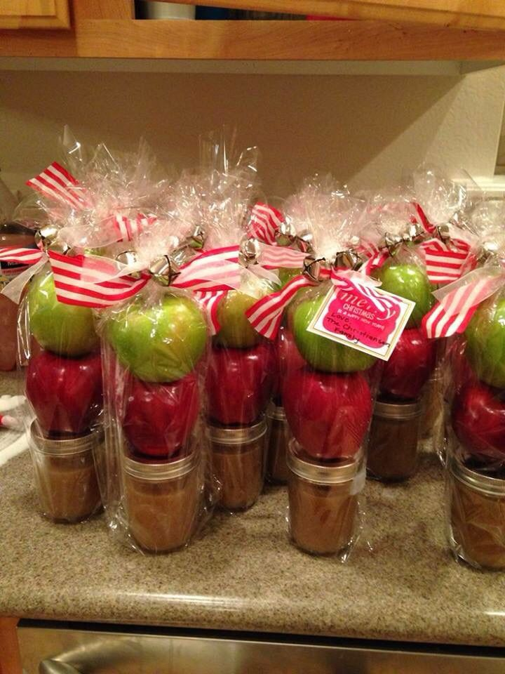 Great idea - red and green apples with homemade caramel sauce, all wrapped up with a pretty bow for Christmas.  These would make great hostess gifts, gifts for friends, or party favors for guests.  Love it!