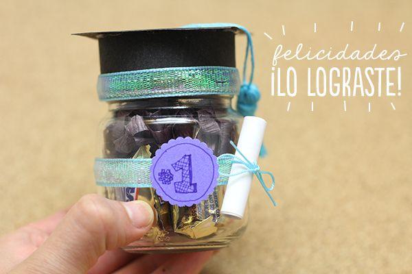 Un lindo regalo de graduación para tus amigos. El proceso es sencillo sólo necesitas cartulina, hilo, dulces y creatividad.