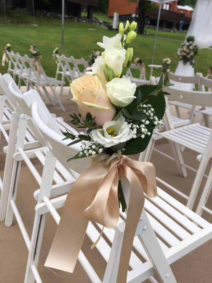 Malá vazba z růžičky a frézie společně s bílými židlemi vytvoří krásnou svatební uličku. #svatebníulička #svatebnívýzdoba #svatebníkvětiny