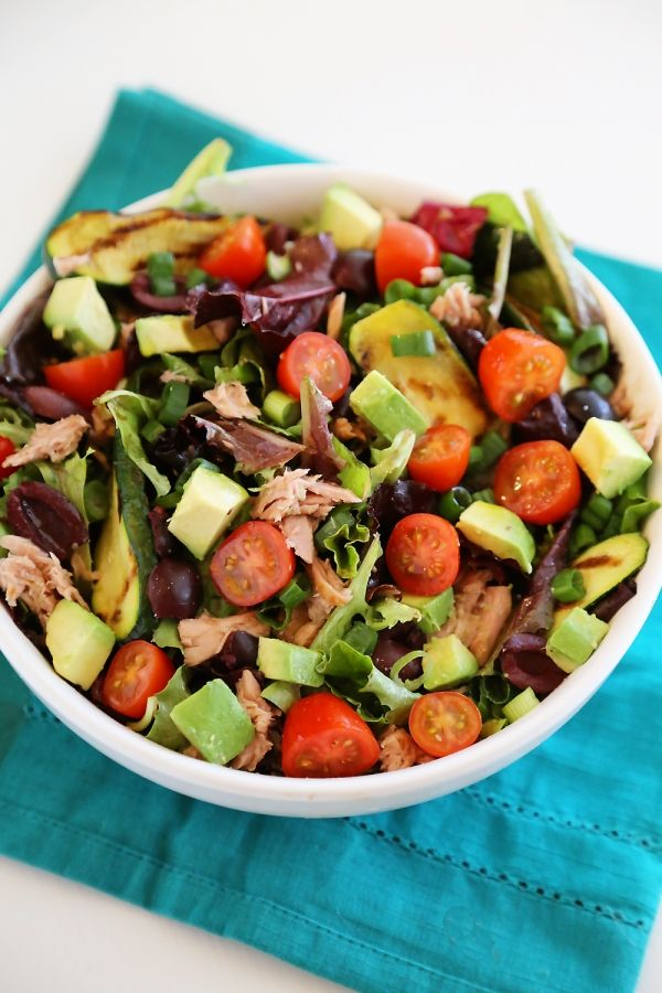Quick & Healthy Mediterranean Tuna Fish Salad - Healthy and refreshing flavors combine in this colorful, easy salad. It's the perfect light lunch!   thecomfortofcooking.com