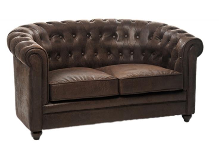 Ce canapé Chesterfield en simili cuir apportera beaucoup de style à votre salon. Deux chanceux auront la chance de profiter de son confort ! Pièce maîtresse d'une déco industrielle ou British, il sera indispensable à votre intérieur.