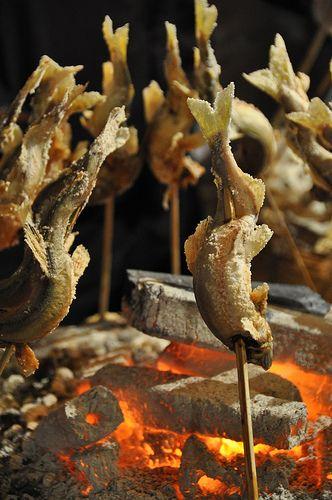 水を往く姿そのままに遠火でじっくりと焼かれた塩打ち鮎の美味。