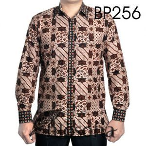 Hem Batik Pria Berkualitas dengan Kode BP256, merupakan batik cap yang terbuat dari bahan katun. Di bagian dalamnya terdapat furing yang terbuat dari katun. Harga untuk kemeja batik kode 256 ini adalah Rp.300.000