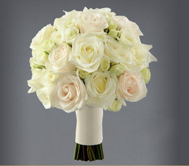 Elegante ramo de novia tradiciona con flores blancas diseñado por Vera Wang