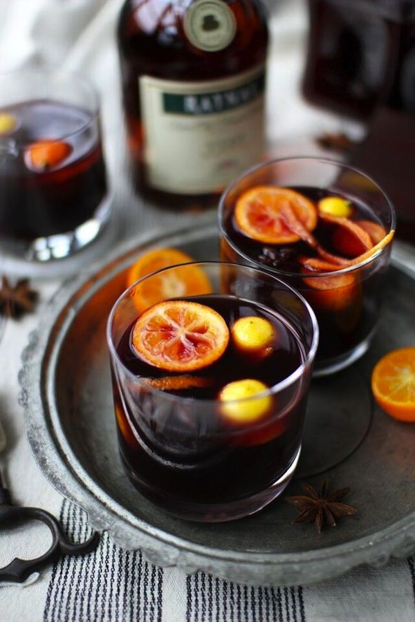 Warm fall wedding signature cocktail | Autumn and fall or winter wedding food and drink ideas with Goose and Berry via @thebijoubride