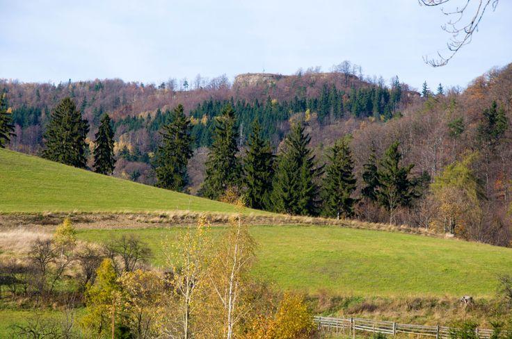 Widok ze wsi Żdanów na Warowną Górę i twierdzę.