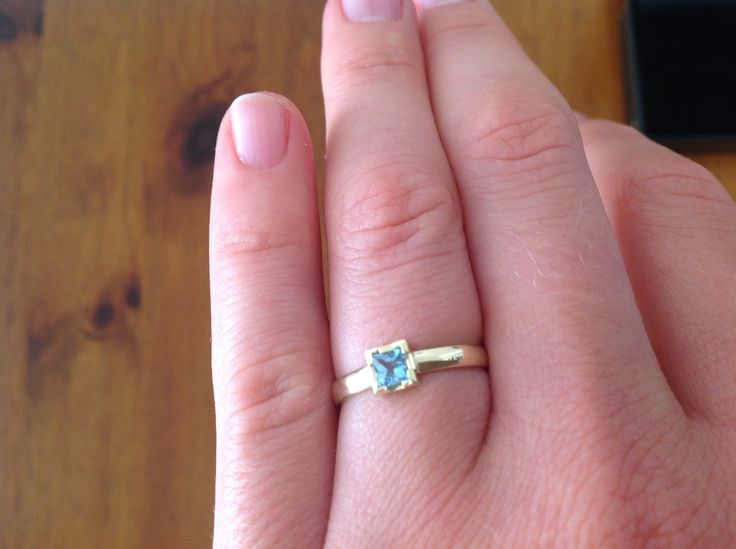 Ring met vierkante aquamarijn steen, 14 karaat geel goud