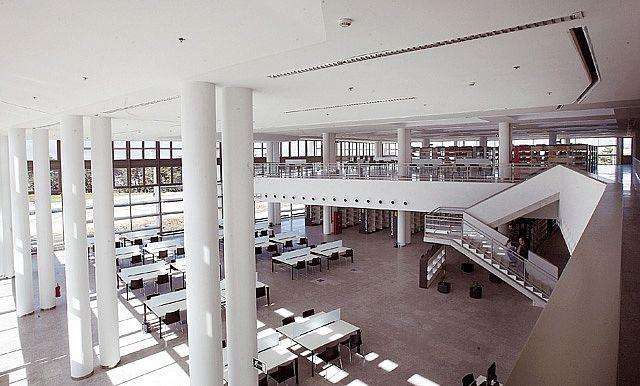 #bibliotecaspordentro Biblioteca y Filmoteca #Navarra La imagen muestra una de la zonas de estudio de la primera planta del edificio, junto a la llamada biblioteca de conocimientos, y parte de l...