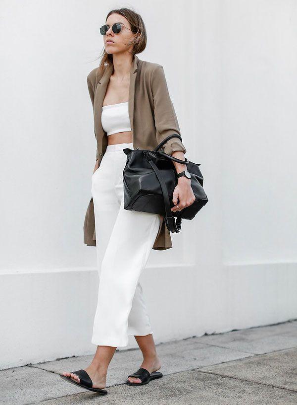 Look verão com calça e top cropped brancos e rasteirinha preta.